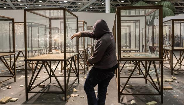 Kader Attia, artista argelino destruye vitrinas con piedras y capucha –  Perrera Arte