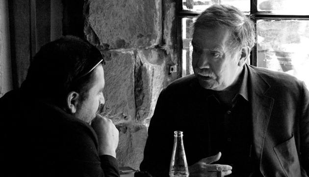 Raúl Ruiz conversa con Antonio Becerro