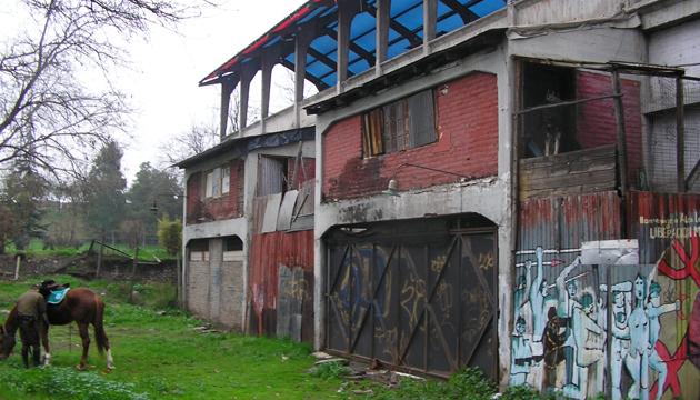 El edificio estaba en condición de ruina cuando fue entregado a los artistas en 1995