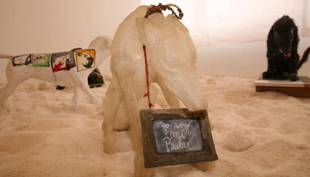 Yo soy mi padre, intervención de Carlos Leppe a una escultura canina de Antonio Becerro, Pintacanes 2008