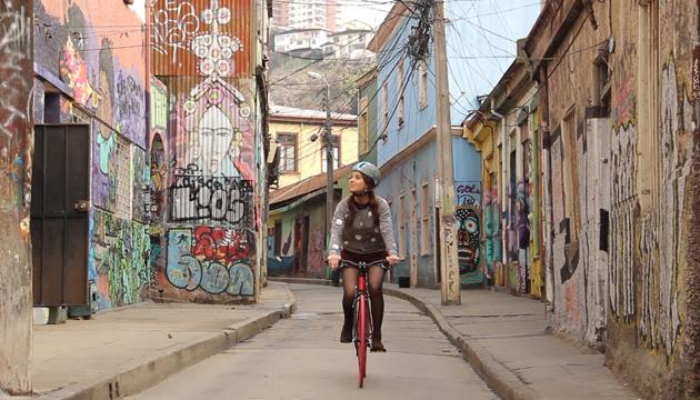 Amancay recorre Valparaíso en su característica bicicleta