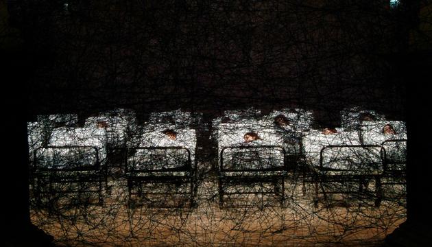 Durante el sueño, Chiharu Shiota, 2004