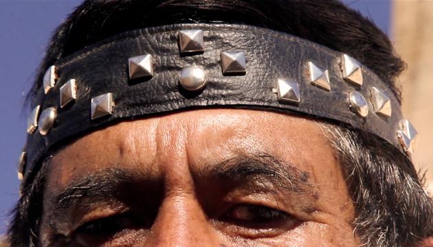Cintillo punk incorporado a la indumentaria religiosa