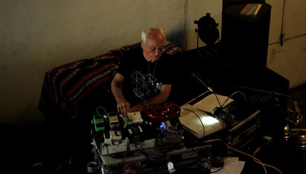 Simeon Coxe trajo tres maletas de música a Chile
