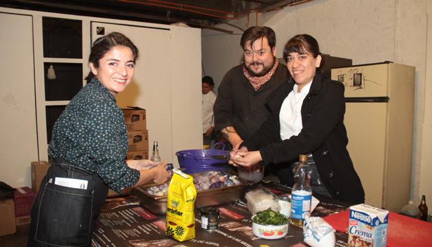 Lorna cocinando con Panda Wok y Consuelo Pérez en la Perrera