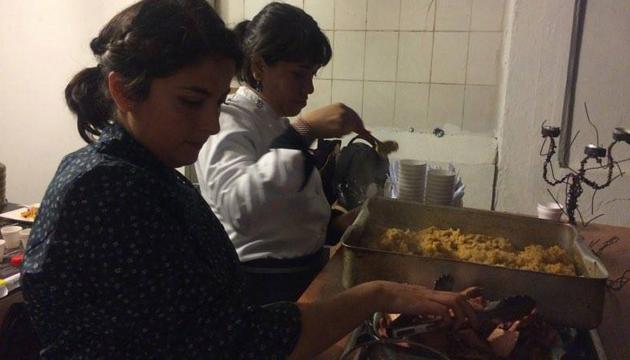 Lorna en plena faena junto a Consuelo Pérez durante su presentación en la Perrera