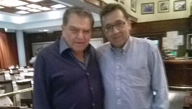 Los Angelitos se llama el bar donde León posa con Don Francisco