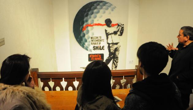 El tour terminó en la obra del artista urbano Mauricio Huenún