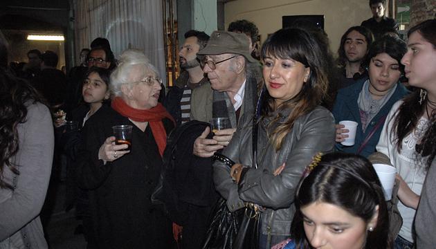 Gracia Barrios y Balmes observan la actuación de los jóvenes en la Perrera