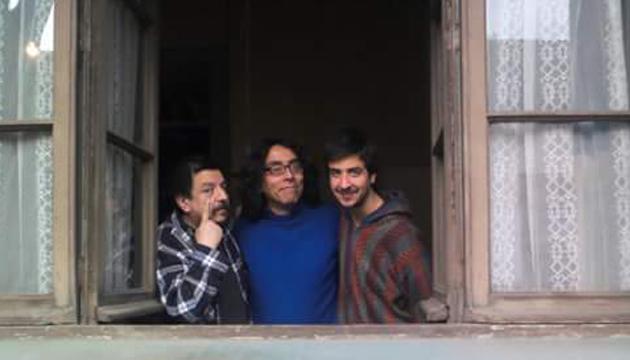 Mauricio Díaz al centro de sus vecinos Mauricio y Sebastián Redolés