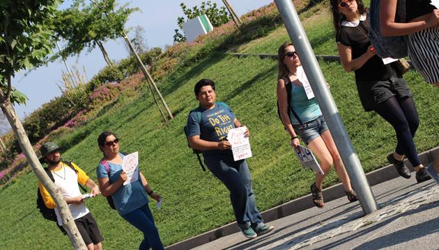 Los participantes  caminaron en una hilera ondulante por el parque