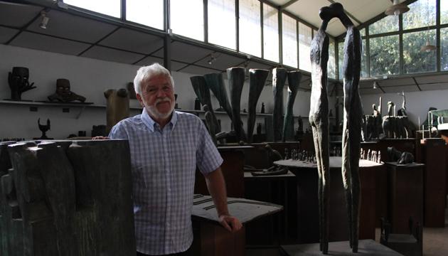 Mario Irarrázabal en su taller junto a la obra El beso