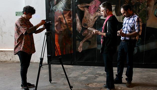 Baradit graba la presentación de su libro frente a la obra de Héctor León