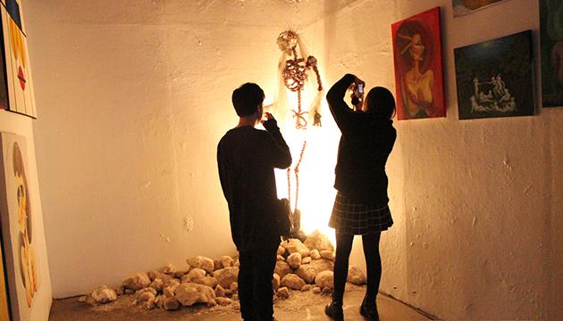 Kitschpig presentó pinturas y una instalación