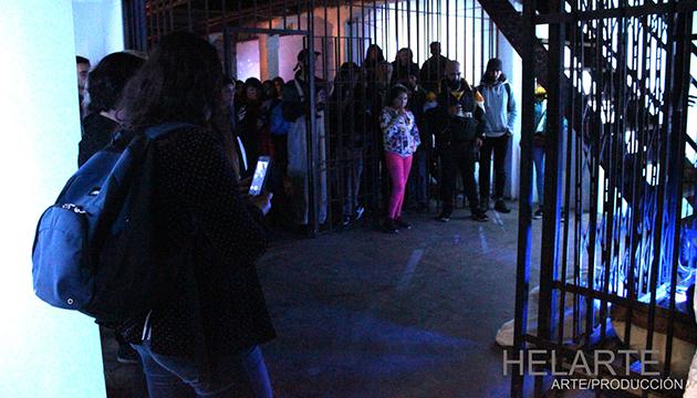 El público observa la performance de Békim y Kitschpig