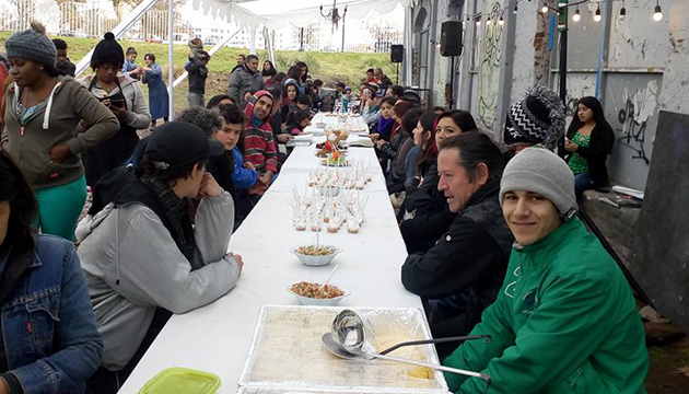 La larga mesa de cocina migrante de L'Arts 2017