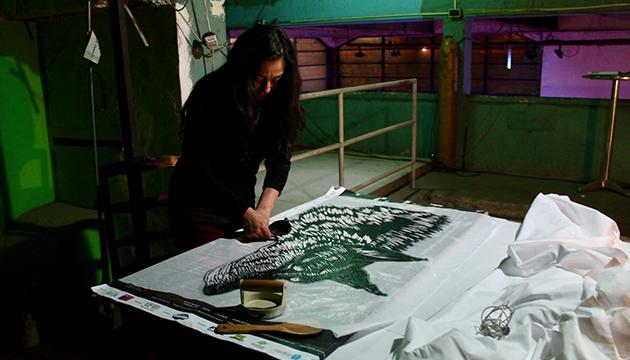 La grabadora Paola Vásquez trabaja en su serie Capitán