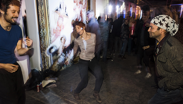 El público de L'Arts disfruta junto a la obra de Caiozzama