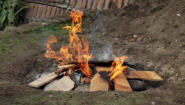 Todo comienza con el fuego sobre grandes piedras dispuestas en un hoyo