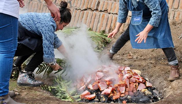 Mariscos y carnes se disponen sobre las piedras calientes