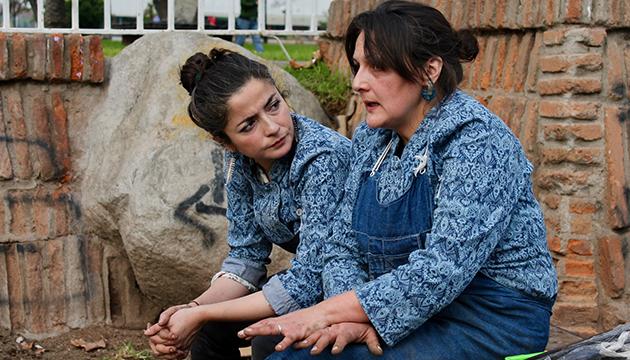 Lorna y Nadja hacen un alto mientras dura la cocción