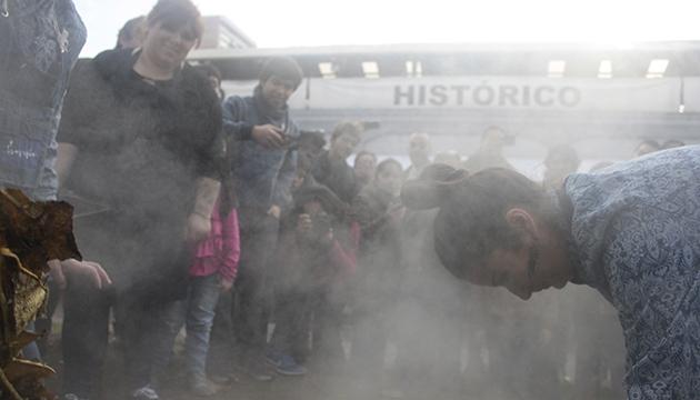 Lorna Muñoz en medio del vapor que brota del cocimiento