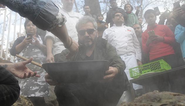 Becerro preside la ceremonia chilota del curanto en hoyo