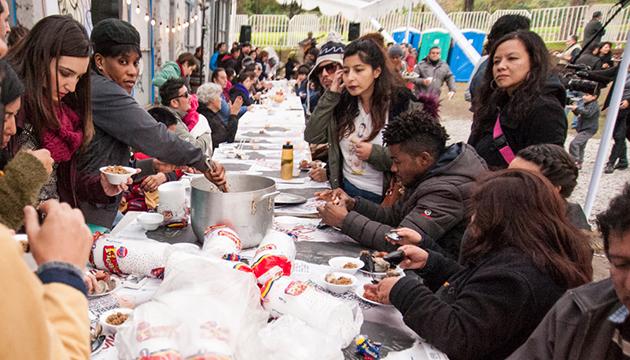 La gran mesa de la cocina migrante en el zócalo exterior de la Perrera