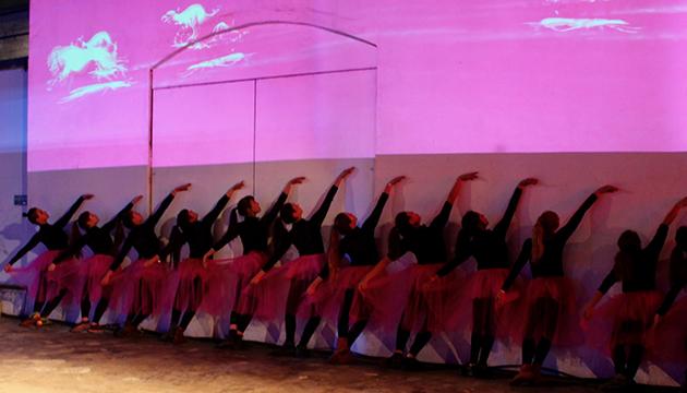 La Compañía I.D.E.a danza bajo la proyección de Trimex
