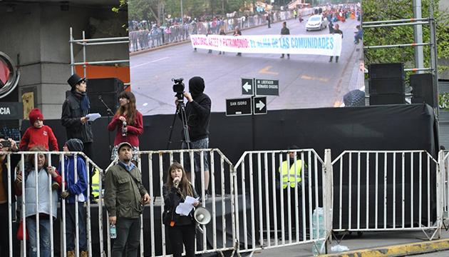 Jorge González y Rosa Angelini se dirigen al público del carnaval de la Fech