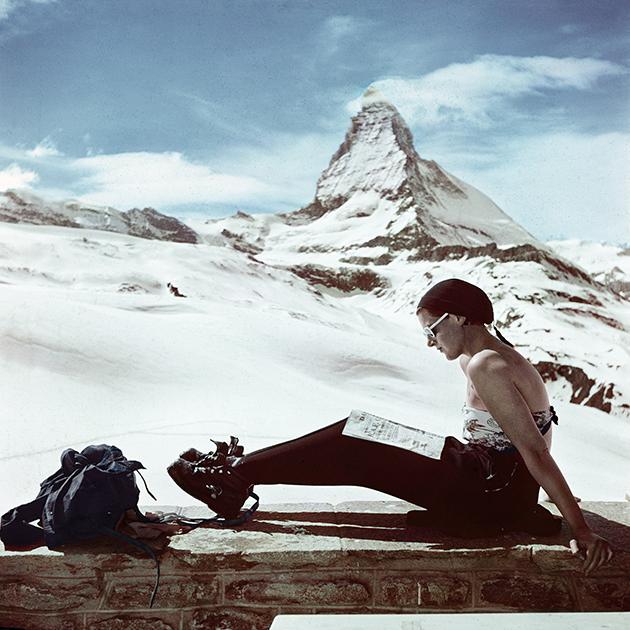 Esquiadora ante el monte Cervino / Robert Capa / 1950