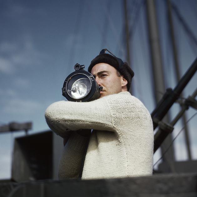 Tripulante haciendo señales / Robert Capa
