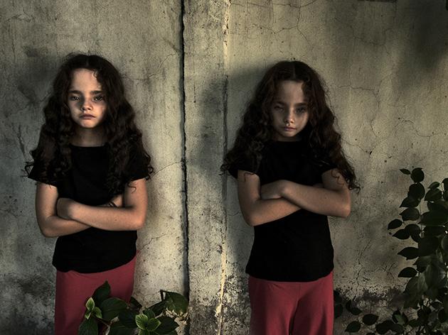 Retrato gemelas en muro / Ricardo Portugueis / 2009