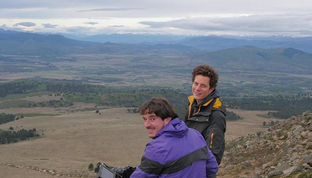 Los realizadores Santiago Serrano y Rémi Rappe durante el rodaje del filme