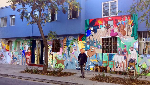 Andrés Titi Gana delante de su taller/obra
